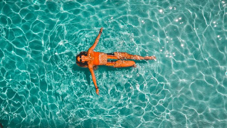 Piscinas ao ar livre e praias fluviais em tempos de Covid-19: regras para mergulhar em segurança